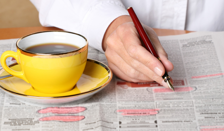 Kleinanzeigen in der Zeitung und Kaffee