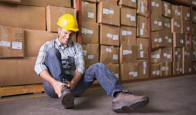 Arbeiter mit verstauchtem Knöchel