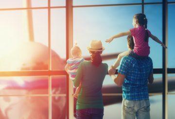 Familie am Flughafen