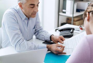 Gespräch im Büro mit Dokument