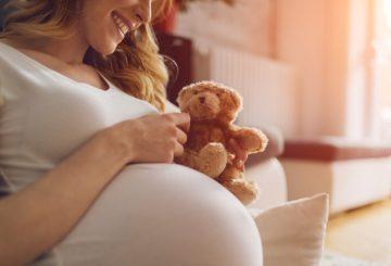 Schwangere Frau mit Teddybär